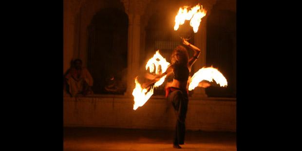 Ohnivé vějíře před chrámem ve Varanasí, Indie